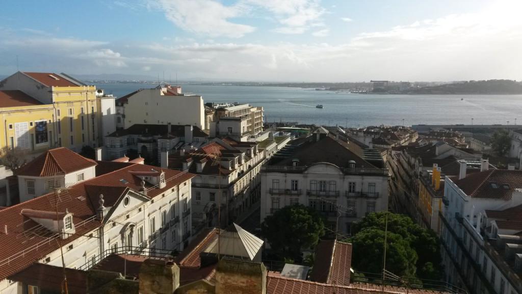 Aperitif trinken mit Blick über Lissabon