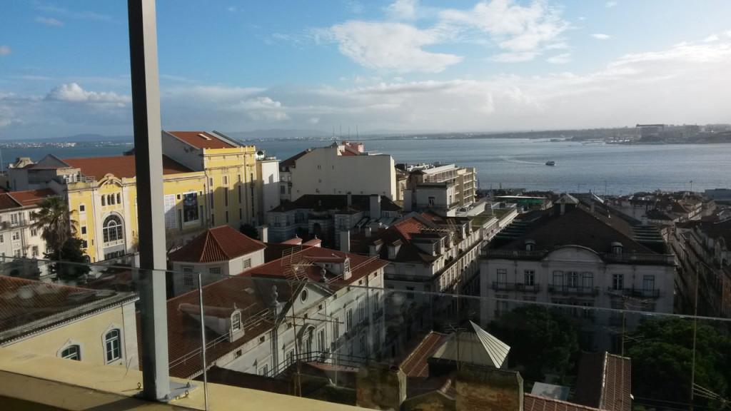 Cafe trinken mit Blick über Lissabon